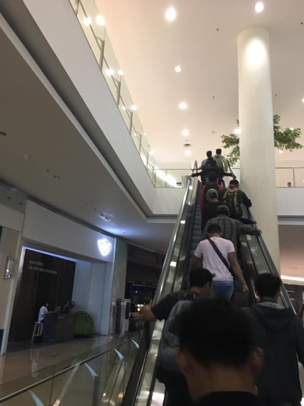 Antrian Adidas NMD R2 menaiki tangga di Senayan City